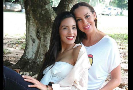 PRIMASCONENCANTOENCOMÚN.  María Paula y Carla Morón disfrutando de un domingo familiar