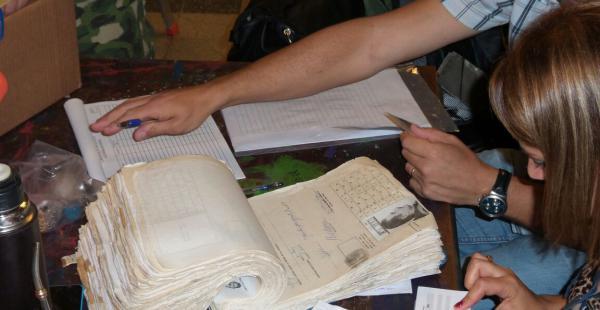 Los jurados electorales de la mesa 2089 abrieron la credencial de votación de Mujica que data del 19 de agosto de 1953. Foto: Carlos Morales