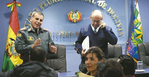 El comandante de las FFAA, Omar Salinas, junto al ministro Ferreira
