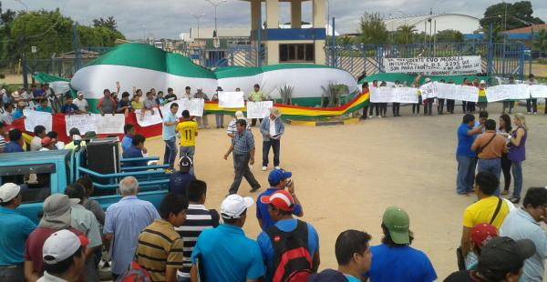 Importadores instalaron un bloqueo en las puertas de Albo de la Aduana en la carretera a Cotoca