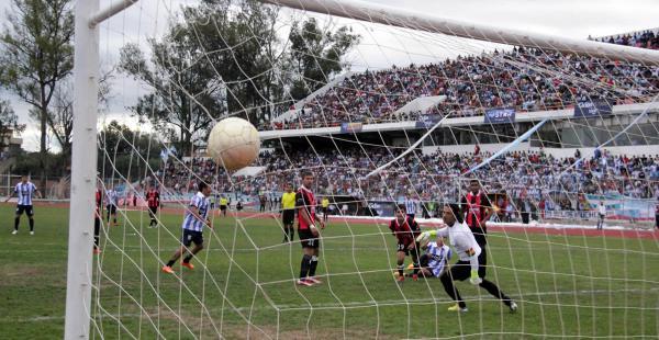 El balón se mete en el arco de Maestranza tras un disparo de Cabrera, que fue figura en Ciclón