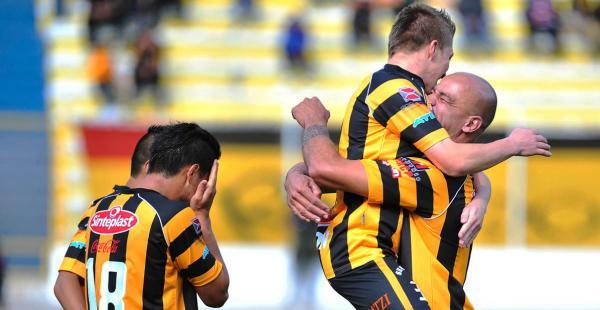 Los jugadores de The Strongest celebrando el primer gol del compromiso. El autor del tanto fue Alejandro Chumacero