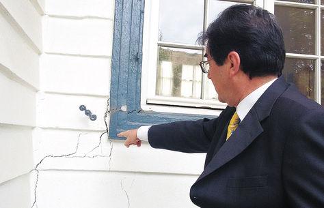Daño. El embajador de Francia en Bolivia, Michel Pinard, muestra las grietas que parten del ventanal posterior, ayer.
