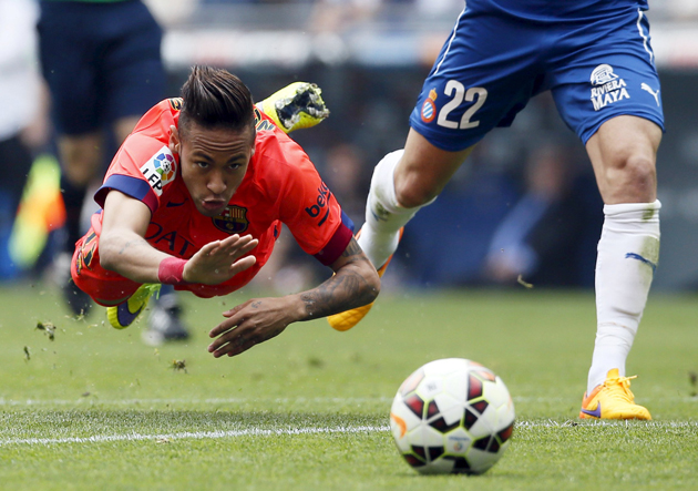 Barcelona's Neymar (L) is tackled by Espanyol's Lucas Vazquez during their Spanish first division soccer match, near Barcelona April 25, 2015.  REUTERS/Albert Gea  TPX IMAGES OF THE DAY