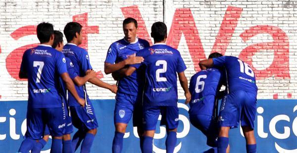 Los jugadores de Sport Boys celebran la victoria sobre Bolívar la tarde de este domingo jugado en Warnes.