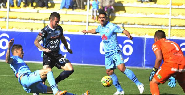 Hugo Bargas anotó un doblete para la academia cruceña pero no bastó ya que su equipo cayó en su visita a Bolívar