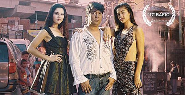 Fuentes con Sonia y Delia, dos de las tres chicas que viajarán a Milán para el desfile de Dolce & Gabbana