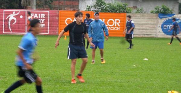 Raúl Gutiérrez (de gorra) dirigiendo al equipo juvenil esta tarde en la sede del club Blooming. El primer plantel está en paro