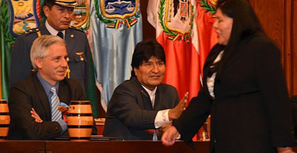 Diciembre de 2014, el presidente Evo Morales con la mano extendida mira pasar a la diputada Norma Piérola, que rechazó darle el saludo