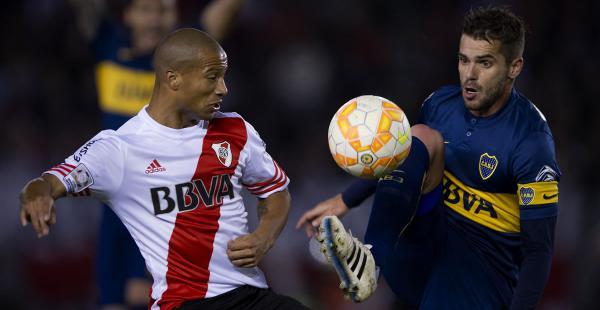 Carlos Sánchez, de River disputa el balón con Fernando Gago, de Boca. El jugador de la banda roja marcó el único gol del partido