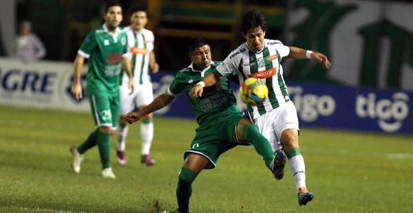Marvin Bejarano (dcha), de Oriente Petrolero, disputa el balón con su rival, en el estadio Tahuichi Aguilera