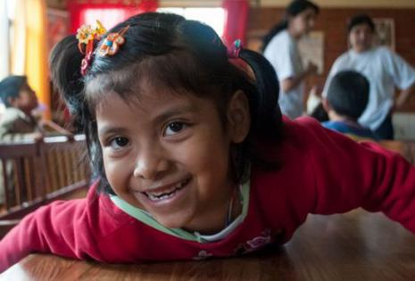 'beyondBeanie' apoya a los niños bolivianos en el financiamiento para sus comidas y útiles escolares.