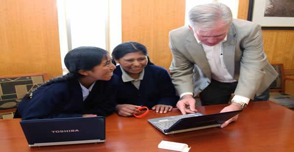 Las menores fueron invitadas a la embajada estadounidense en La Paz por su Encargado de Negocios en Bolivia.