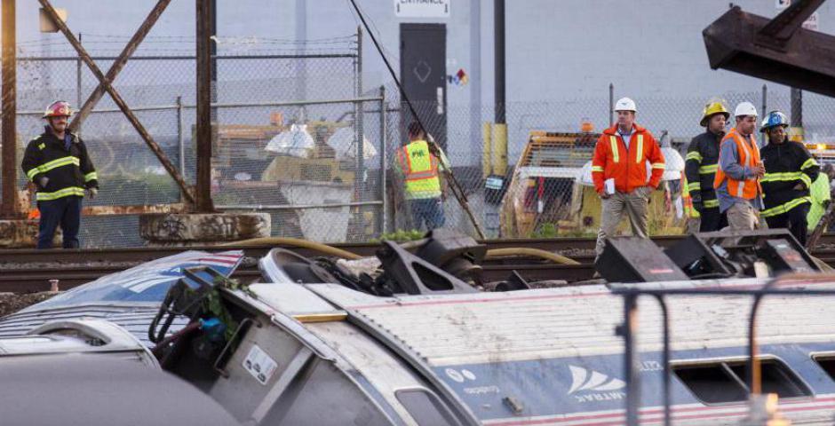 Los equipos de rescate buscan víctimas entre los restos de un tren Amtrak descarrilado en Filadelfia, Pennsylvania. Un tren de pasajeros Amtrak con más de 200 pasajeros a bordo se descarriló en el norte de Filadelfia el martes por la noche, matando al men
