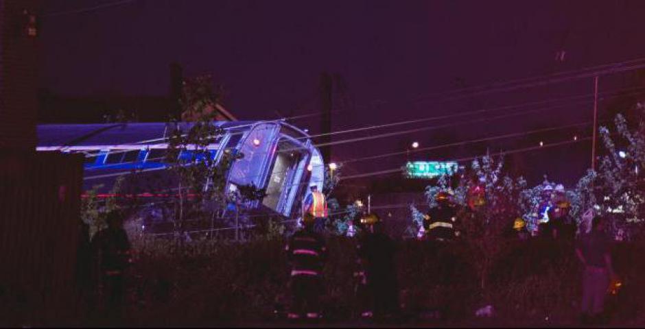 Los equipos de rescate encuesta los escombros después de un tren de pasajeros Amtrak descarriló en Filadelfia, Pennsylvania 12 de mayo de 2015. REUTERS / Charles Mostoller