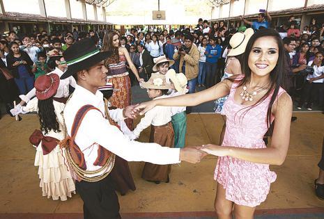 Un estudiante del colegio Gabriel René Moreno sacó a bailar a una de las chicas, que aguantó casi media hora de baile sin tregua.
