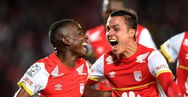 Dayron Mosquera (izquierda) celebra con un compañero el único gol con el que Santa Fe venció a Internacional en el estadio El Campín de Bogotá