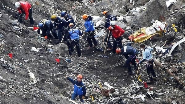 Socorristas franceses buscan entre los restos del avión de Germanwings, estrellado en marzo, en los alpes franceses./AP