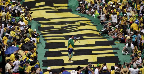 """Los manifestantes mostraban pancartas con mensajes que deciían """"Fuera Dilma"""" y """"No a la corrupción"""""""