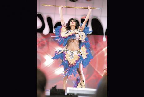 Su traje fue diseñado por Eduardo Rivera. Ganó aplausos con su presentación