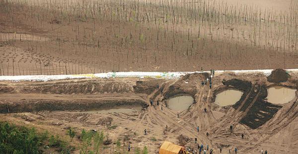 Unos 400 campesinos provenientes del municipio El Puente abrieron un canal ilegal sobre el Río Grande