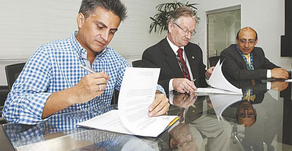 Pedro Daniel Guardia (Tigo) Pedro Rivero Jordán (ANP) y Marco Antonio Dipp (fundación Libertad)