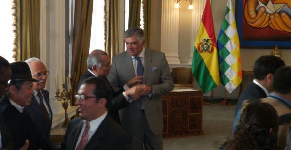 El diplomático participó, junto con otros representantes, del acto de reconocimiento del embajador de Francia.