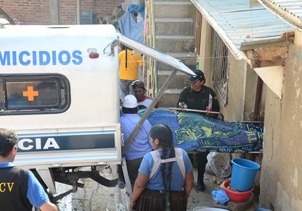 La Policía lleva a la morgue los restos de Marcela Condori apuñalada y quemada, ayer. - Diego Cartagena Periodista Invitado