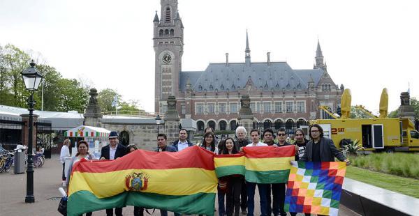 Los bolivianos que residen en La Haya hicieron flamear la tricolor nacional y de esa manera expresaron su respaldo a la causa marítima