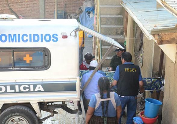 La Policía de la Felcv traslada los restos de Marcela Condori (48), asesinada en Villa Sebastián Pagador, el jueves, hacia la morgue. - Diego Cartagena Periodista Invitado