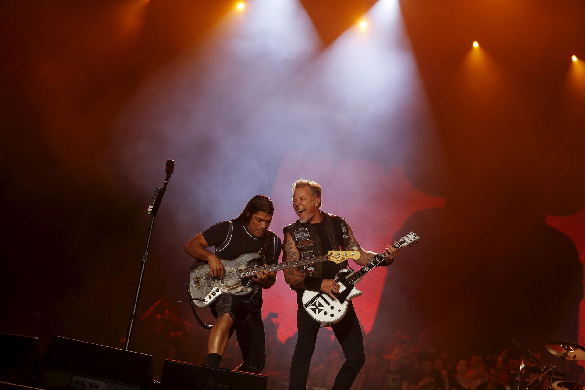 James Hetfield (R) and Robert Trujillo of Metallica perform during the Rock in Rio Music Festival in Rio de Janeiro, Brazil, September 20, 2015. REUTERS/Pilar Olivares