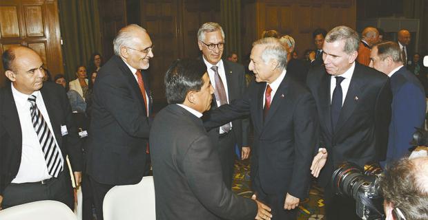 Los delegados de Bolivia y Chile intercambiaron saludos en la sede del Tribunal, en La Haya