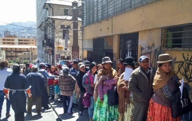 Ciudadanos hacen largas filas para pedir el certificado de impedimento de votación
