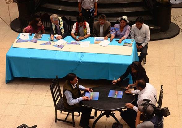 Firma del contrato del tren con la empresa Joca. - Daniel James Los Tiempos