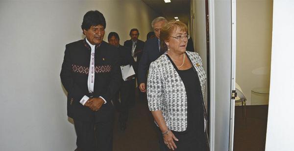 Los presidentes Evo Morales, de Bolivia, y Michelle Bachelet, de Chile, coincidieron en abril en Panamá