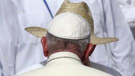 El papa Francisco saluda al presidente cubano Raúl Castro (i) hoy, lunes 21 de septiembre de 2015, durante una misa en la Plaza de la Revolución Calixto García, en Holguín (Cuba). EFE/Tony Gentile/POOL