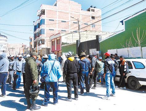 Movilización. Policías en la protesta de ayer en la ciudad de Oruro.