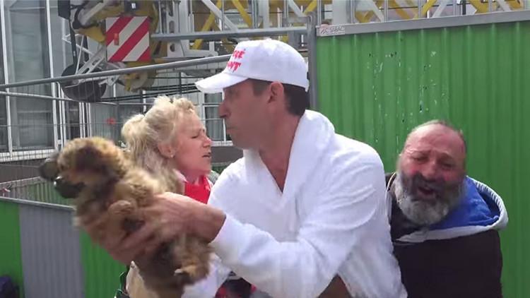 Video polémico: Un hombre de hogar llora mientras que activistas le roban su perrito