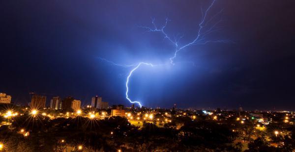 Relámpagos sobre el cielo cruceño durante la tormenta eléctrica de esta madrugada de viernes