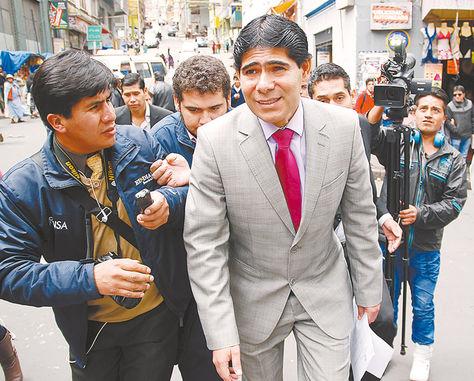 Citación. El exministro de Gobierno Jorge Pérez cuando ayer se dirigía a la Fiscalía para declarar.