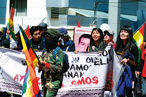 PLANTÓN. Eva Liz (centro) y jóvenes frente a la Embajada de México. Foto: Alejandra Rocabado