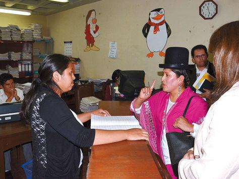 Encuentro. La ministra de Justicia, Virginia Velasco, realiza operativos en los juzgados del departamento de La Paz. Foto: Fernando Cartagena
