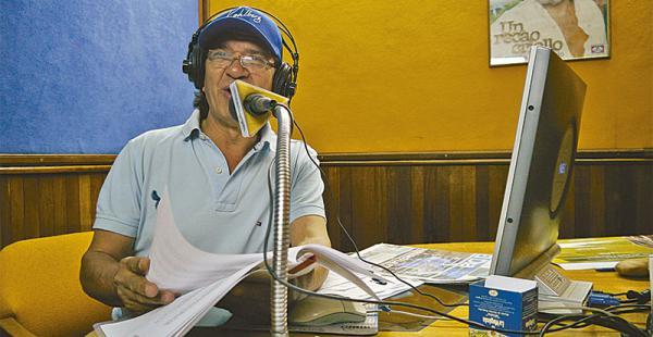 Hoy lo  escuchan en todo el país Hace más de 40 años que Carlos decidió probar con la radio y nunca solo el micrófono. Hoy se lo escucha en la radio Santa Cruz los sábados.