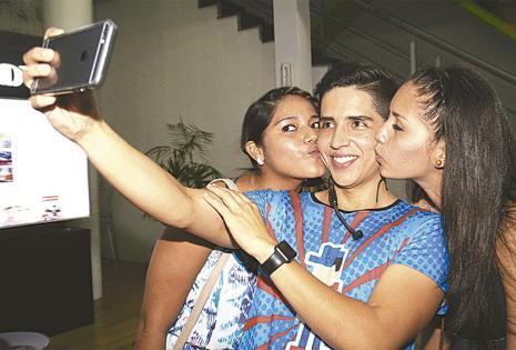 besos para Marquina.  El conductor del programa Bigote, de Red Uno, estuvo en el stand de Viva y reveló que la selfie más pedida por las chicas fue recibiendo besos. Por supuesto que  no le incomodaron