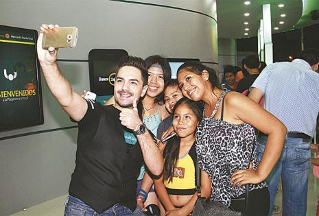 Fernando Eid.  El exconductor recibió a filas interminables de público infantil en el Banco Mercantil Santa Cruz. Se tomaba fotos con los chicos y daba autógrafos a granel
