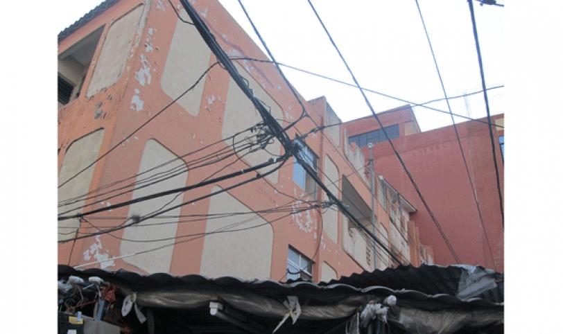 Cables peligrosos. Esta imagen se la puede observar en cada esquina del mercado La Ramada. Las instalaciones deben ser realizadas por personal de la CRE.