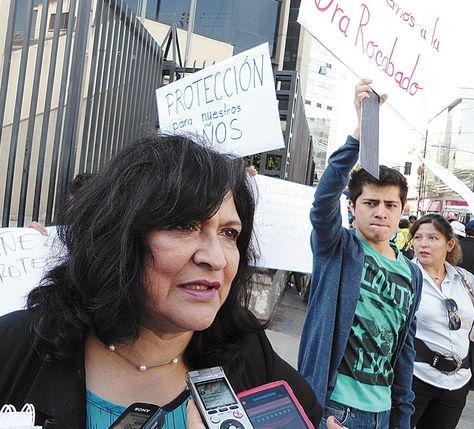 Protesta. Quienes apoyan a Rocabado (izq.) se manifestaron ayer.
