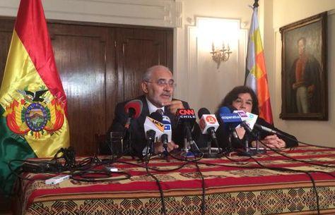 El expresidente Carlos Mesa durante la conferencia de prensa que ofreció en el Consulado de Bolivia en Santiago. Foto: @jacimolina