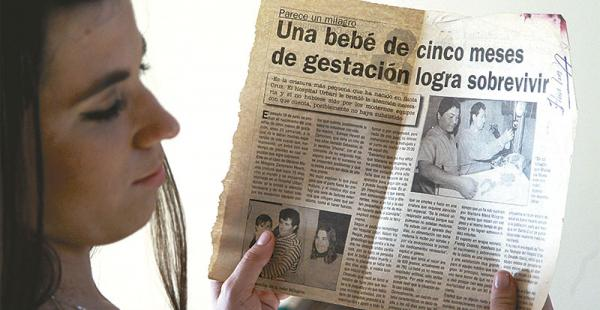 La familia guarda todos los artículos Una nota de EL DEBER publicada el 4 de julio de 1997 dio la primicia sobre el nacimiento de una bebé que logró sobrevivir con solo 500 gramos de peso. Mariana se emociona al leerla.
