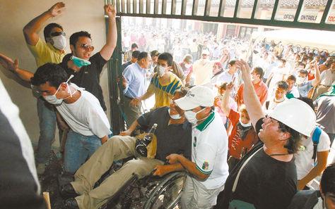 Protestas. En 2008, turbas violentas en Santa Cruz tomaron y saquearon instituciones públicas. Sectores sociales oficialistas iniciaron un cerco.